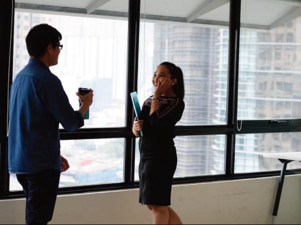 女性が海外で仕事している写真